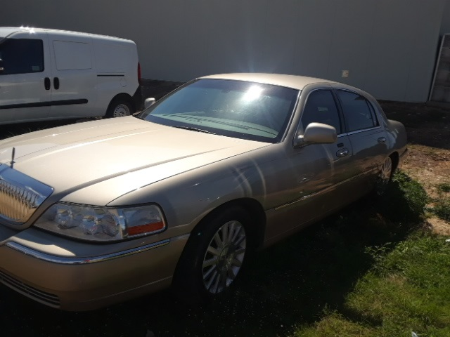 Pre Owned 2004 Lincoln Town Car Signature